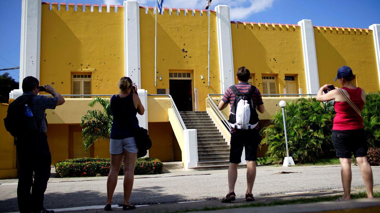 Un grupo de turistas fotografía la fachada del antiguo Cuartel Moncada, en diciembre de 2017. (Reuters)