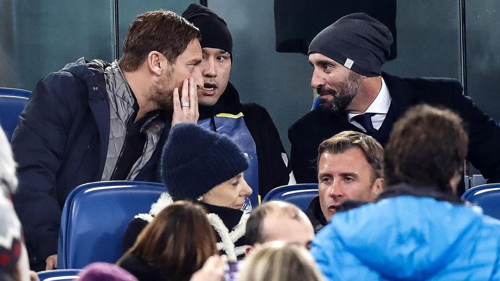 Foto: Totti habla con Monchi en el palco del Olímpico de Roma durante el partido contra el Atalanta. (EFE)