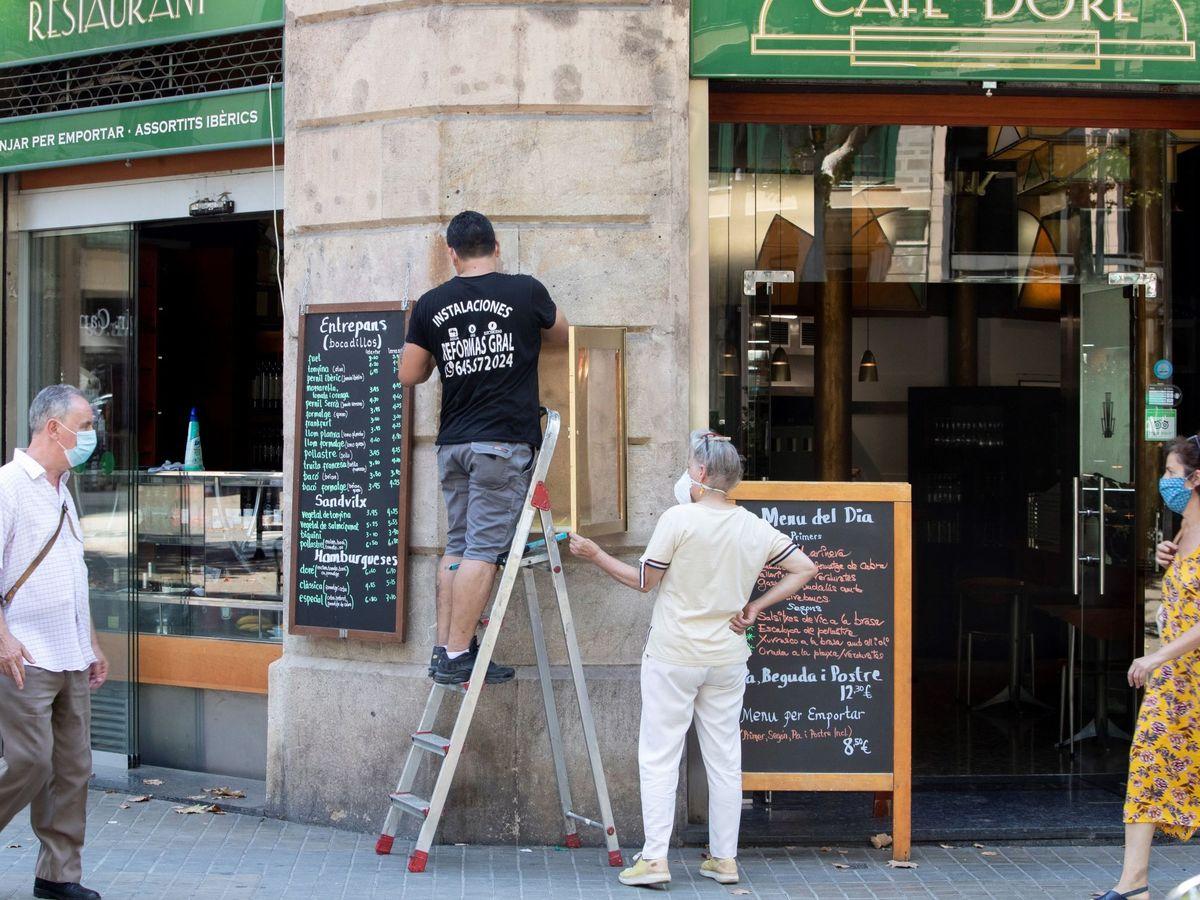 Foto: Unos trabajadores realizan tareas de mantenimiento este jueves en Barcelona. (EFE)