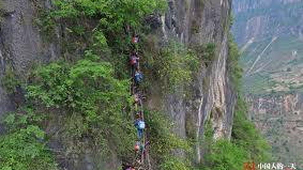 La hazaña de los niños que escalan a diario una montaña para ir al colegio