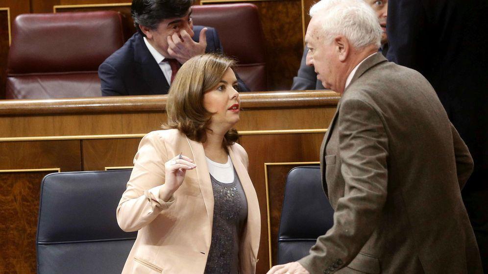 Foto: La exvicepresidenta del Gobierno Soraya Sáenz de Santamaría conversa con el exministro de Asuntos Exteriores José Manuel García-Margallo, en 2014. (EFE)