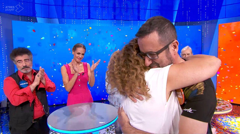 Marco Antonio, felicitando a su compañera Sofía. (Atresmedia)