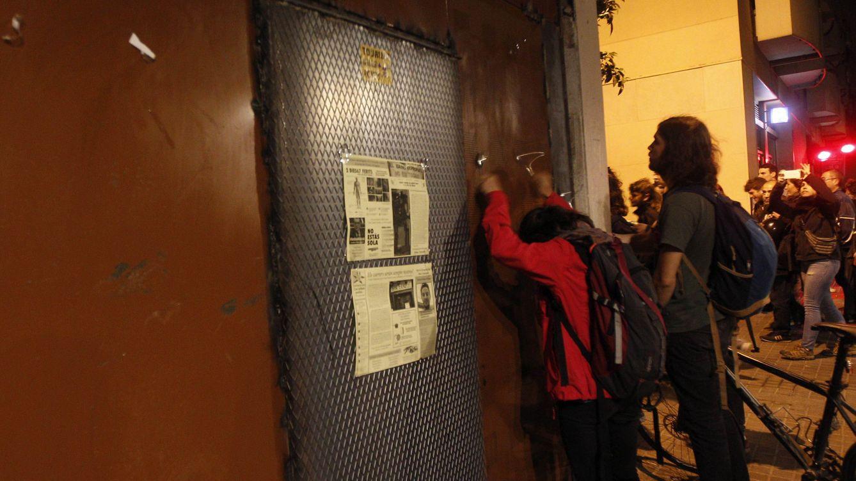 Foto: Vecinos golpean con cucharas las puertas del banco expropiado. (Efe)