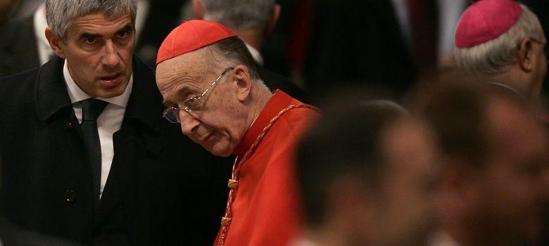 Foto: El poderoso cardenal Camillo Ruini habla con el político Pierferdinando Casini en la Basílica de San Pedro (Reuters).