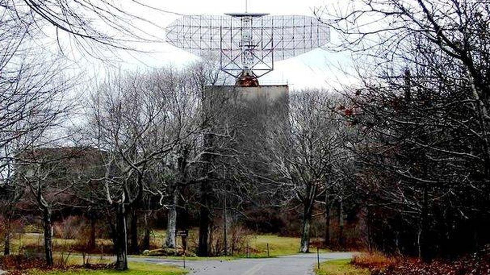 Foto: Las instalaciones cuentan con una enorme parabólica para labores de vigilancia. (Wikimedia Commons)