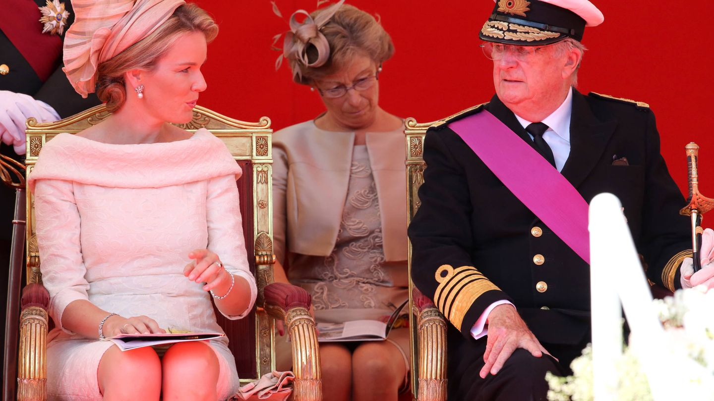 El rey Alberto, el día de su abdicación, hablando con Matilde de Bélgica. (Getty)