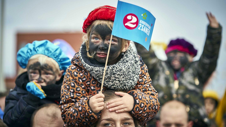 Niños con 'blackface' en la celebración de Sinterklaas en Holanda. (EFE)