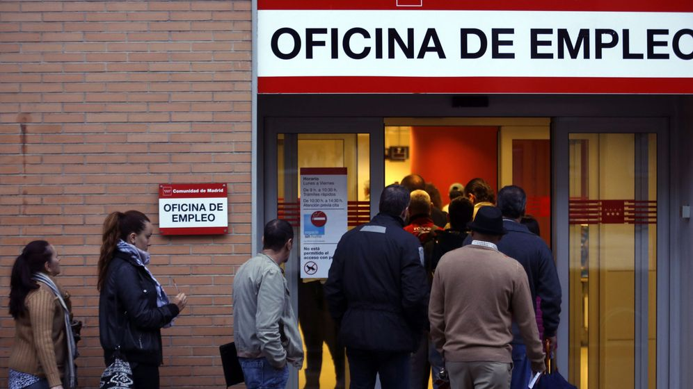 Foto: Colas ante una Oficina de Empleo en Madrid. (Reuters)