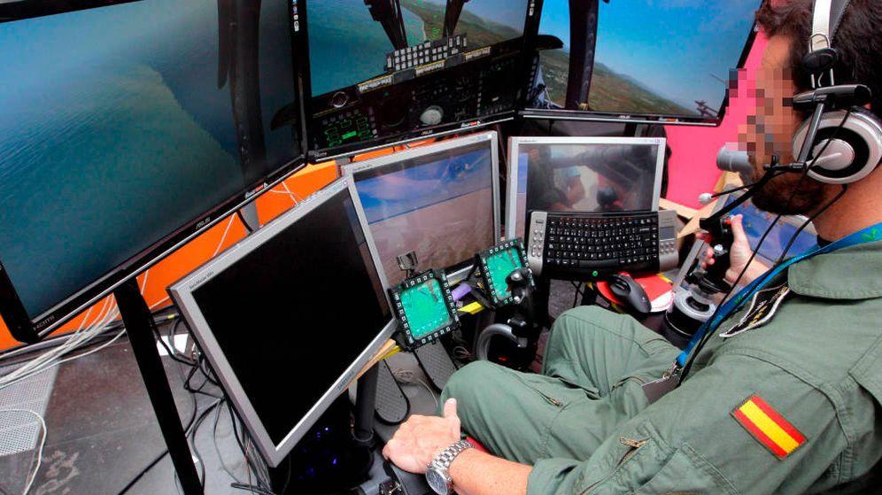 Foto: Un piloto militar utiliza un prototipo informático. (EFE)