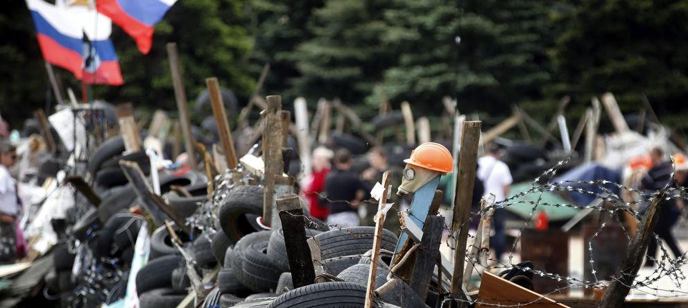 Foto: Vista de una barricada montada delante de la Administración regional en Donétsk (Ucrania)