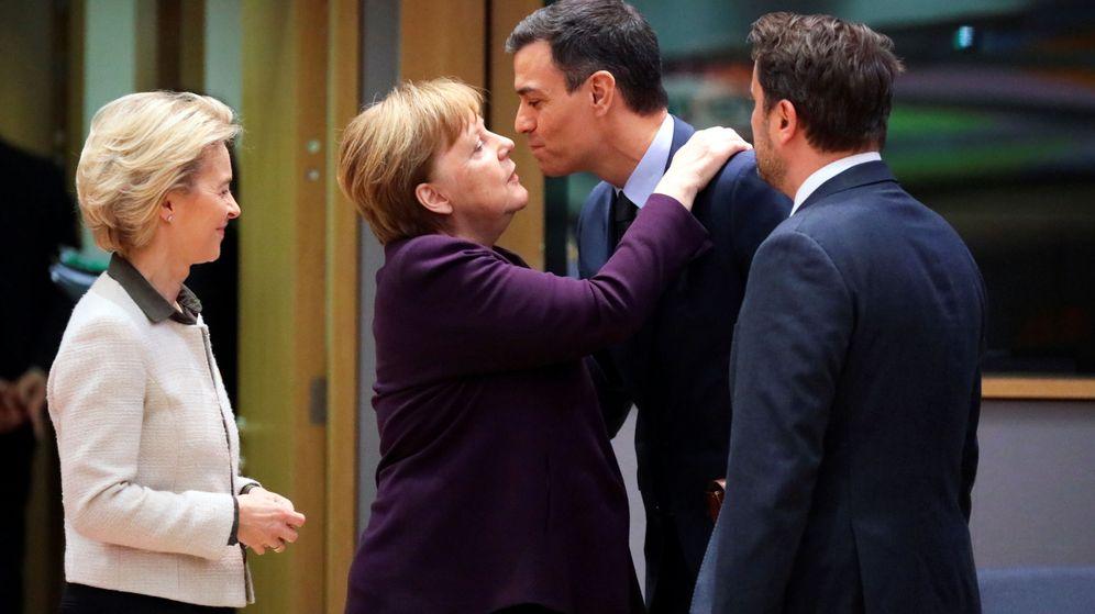 Foto: El presidente del Gobierno, Pedro Sánchez, saluda a la canciller Angela Merkel a su llegada a la cumbre. (Reuters)