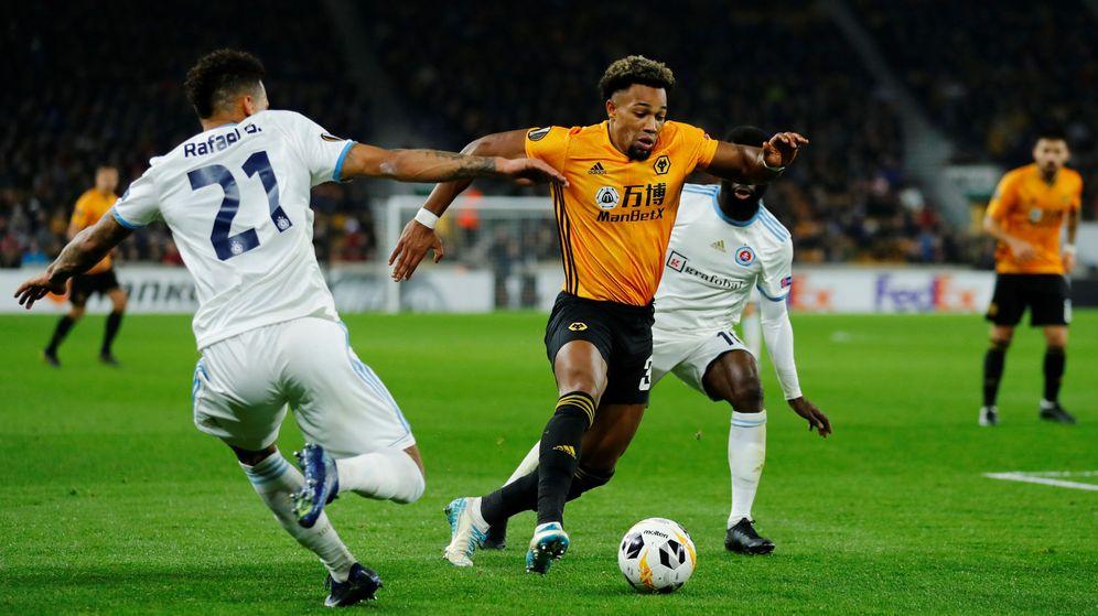 Foto: Adama Traoré (de amarillo), durante un partido de Europa League del Wolverhampton. (Reuters)