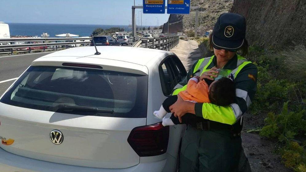 Foto: Una agente de la Guardia Civil da el biberón al bebé. (Guardia Civil)