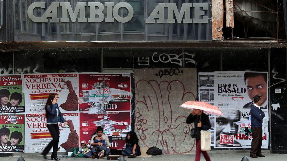 Foto: La gente camina delante de un local de cambio de divisas en Buenos Aires (Argentina). (Reuters)