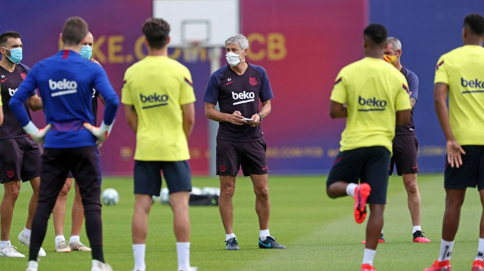 Foto: Quique Setién, con mascarilla, dirige una sesión de entrenamiento del FC Barcelona. (EFE)