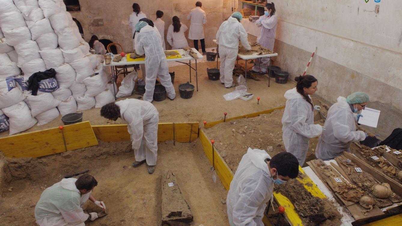Foto: El equipo de arqueólogos trabajando en la cripta de la Iglesia de las Trinitarias (J. Balaguer)