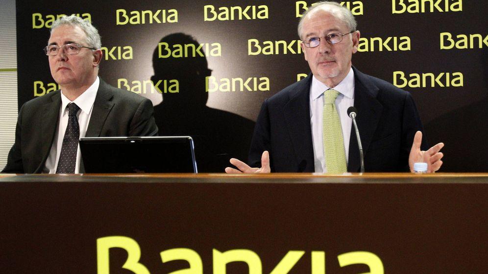 Foto: Rodrigo Rato, a la derecha, junto a Francisco Verdú en un acto de Bankia. (EFE)
