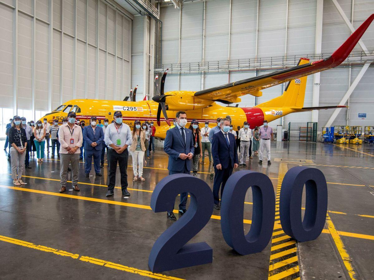 Foto: Moreno y Gutiérrez presiden el acto de entrega de un avión Airbus c295 en Sevilla. (EFE)