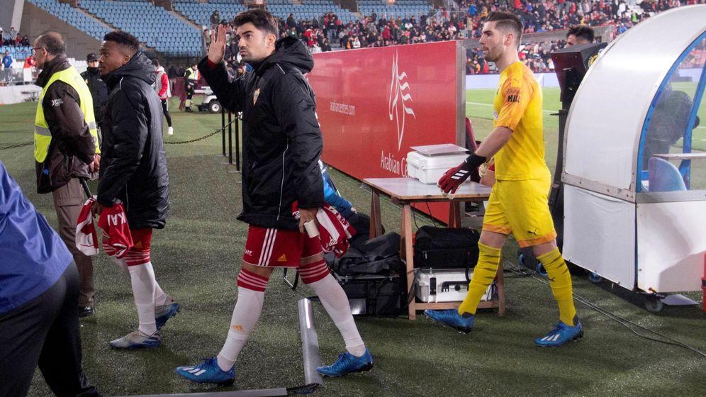 Foto: Enzo Zidane saluda a la grada junto a Luca, su hermano, en el estadio de los Juegos Mediterráneo. (Efe)