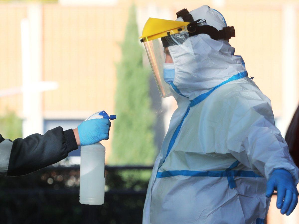 Foto: Desinfección a las afueras de las instalaciones del hospital Severo Ochoa de Leganés. (Reuters)