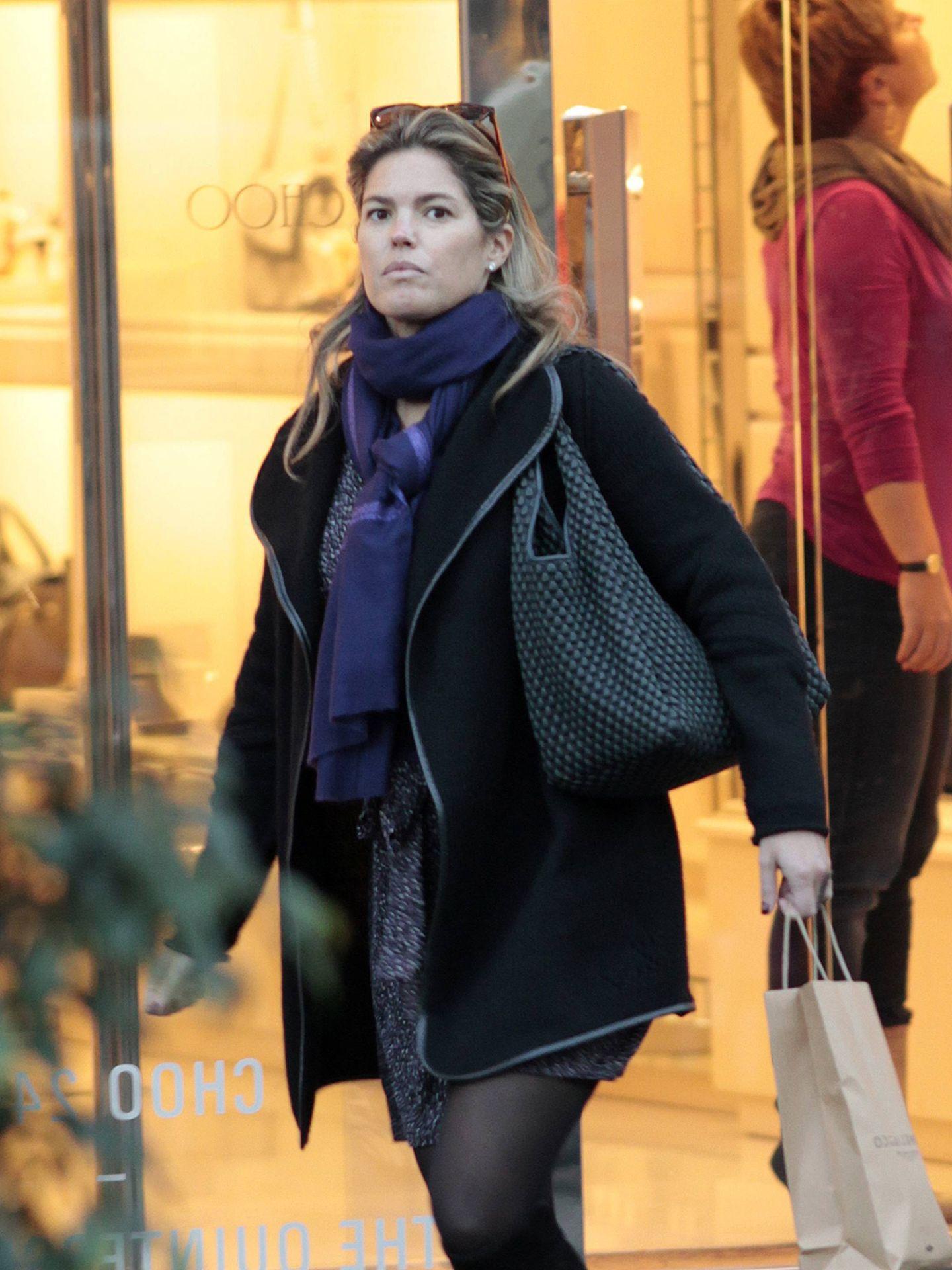 Cristina Valls Taberner, de compras navideñas con uno de los bolsos que ella vende. (Cordon Press)