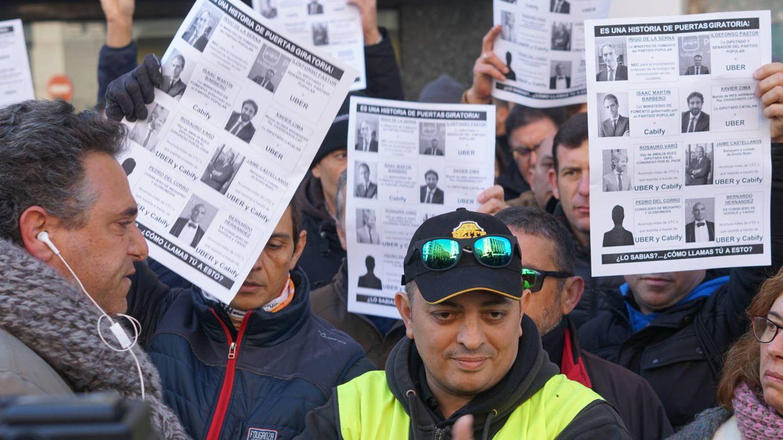 Tito Álvarez con otros taxistas frente a la sede del PP (Foto: M. Mcloughlin)