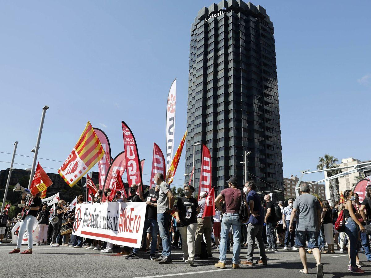 Foto: Manifestación de empleados de CaixaBank contra el ERE, el pasado junio. (EFE)