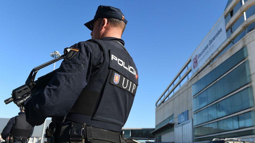 Foto: Agentes de la Policía Nacional durante una guardia en Madrid (Efe)