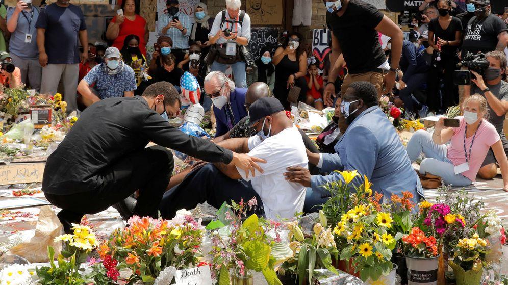 Foto: El hermano de George Floyd, Terrence Floyd, durante un homenaje en Mineápolis. (Reuters)