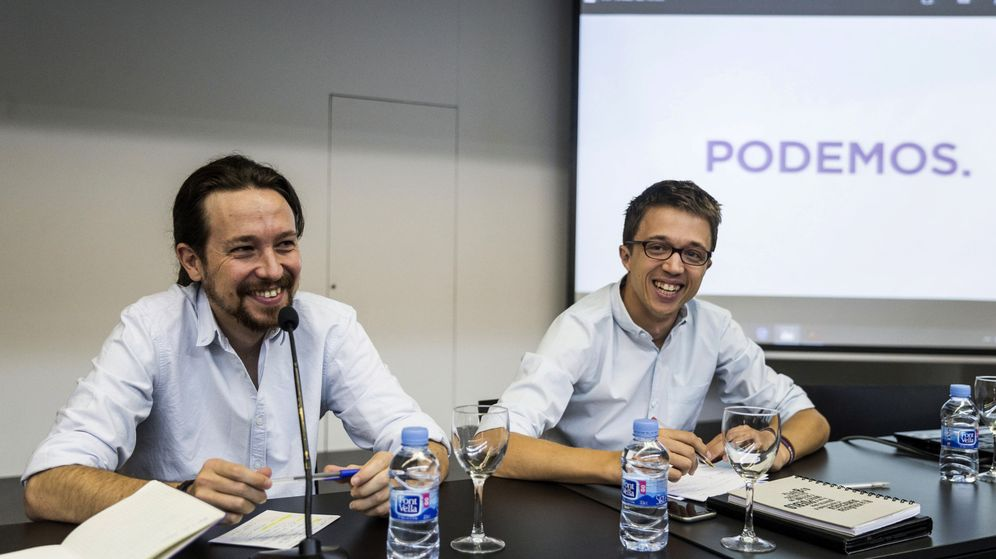 Foto: El líder de Podemos, Pablo Iglesias (i) y el director de campaña y secretario político, Íñigo Errejón (d), al inicio de la reunión del último consejo ciudadano. (EFE)