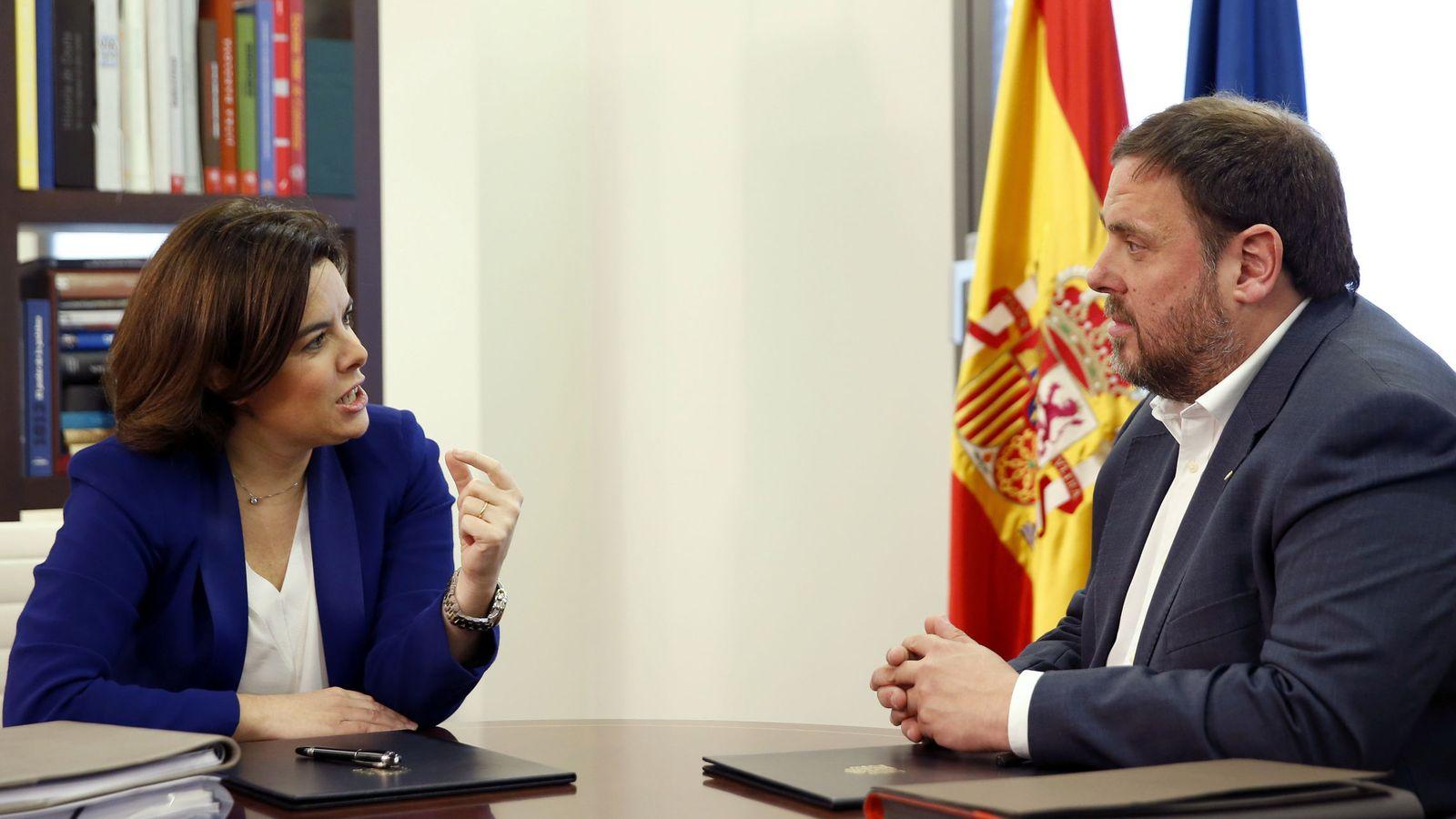 Foto: Soraya Sáenz de Santamaría y Oriol Junqueras en una reunión en abril del año pasado. (EFE)