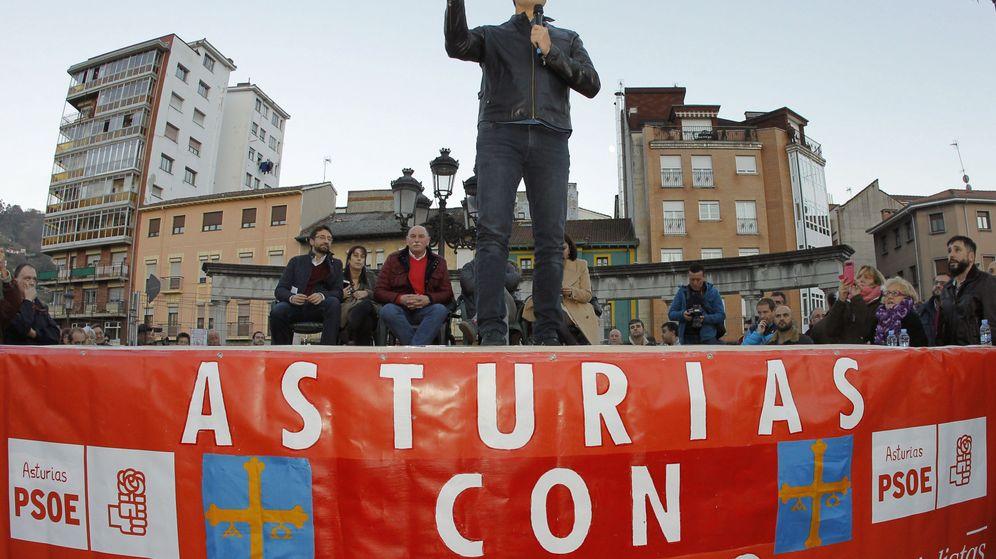 Foto: El ex secretario general del PSOE Pedro Sánchez, durante su intervención en un mitin celebrado en El Entrego, Asturias. (EFE)