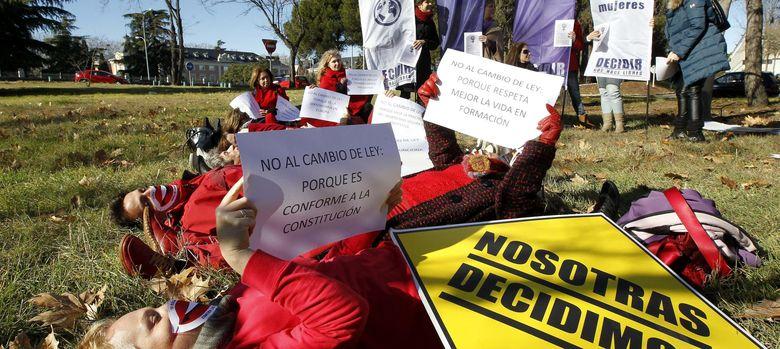 Foto: Manifestación de la Plataforma Nosotras Decidimos frente al Palacio de la Moncloa. (EFE)