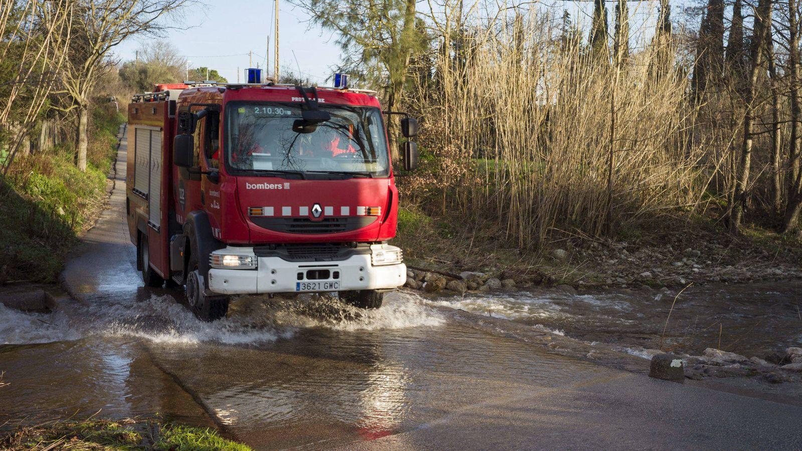 Foto: Un coche de bomberos atraviesa un charco - Archivo. (EFE)