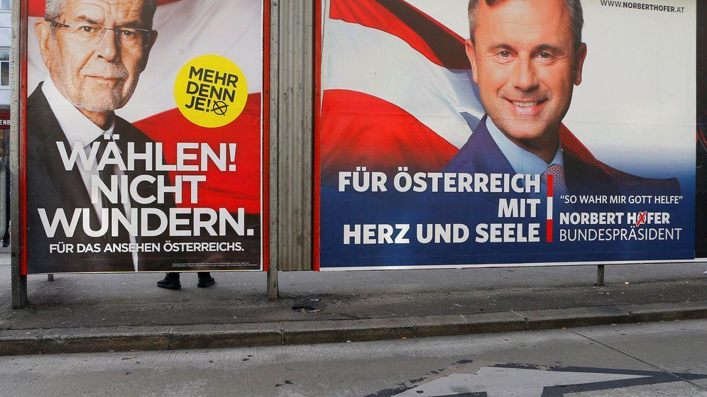 Foto: Carteles de los dos candidatos austríacos. (Reuters)