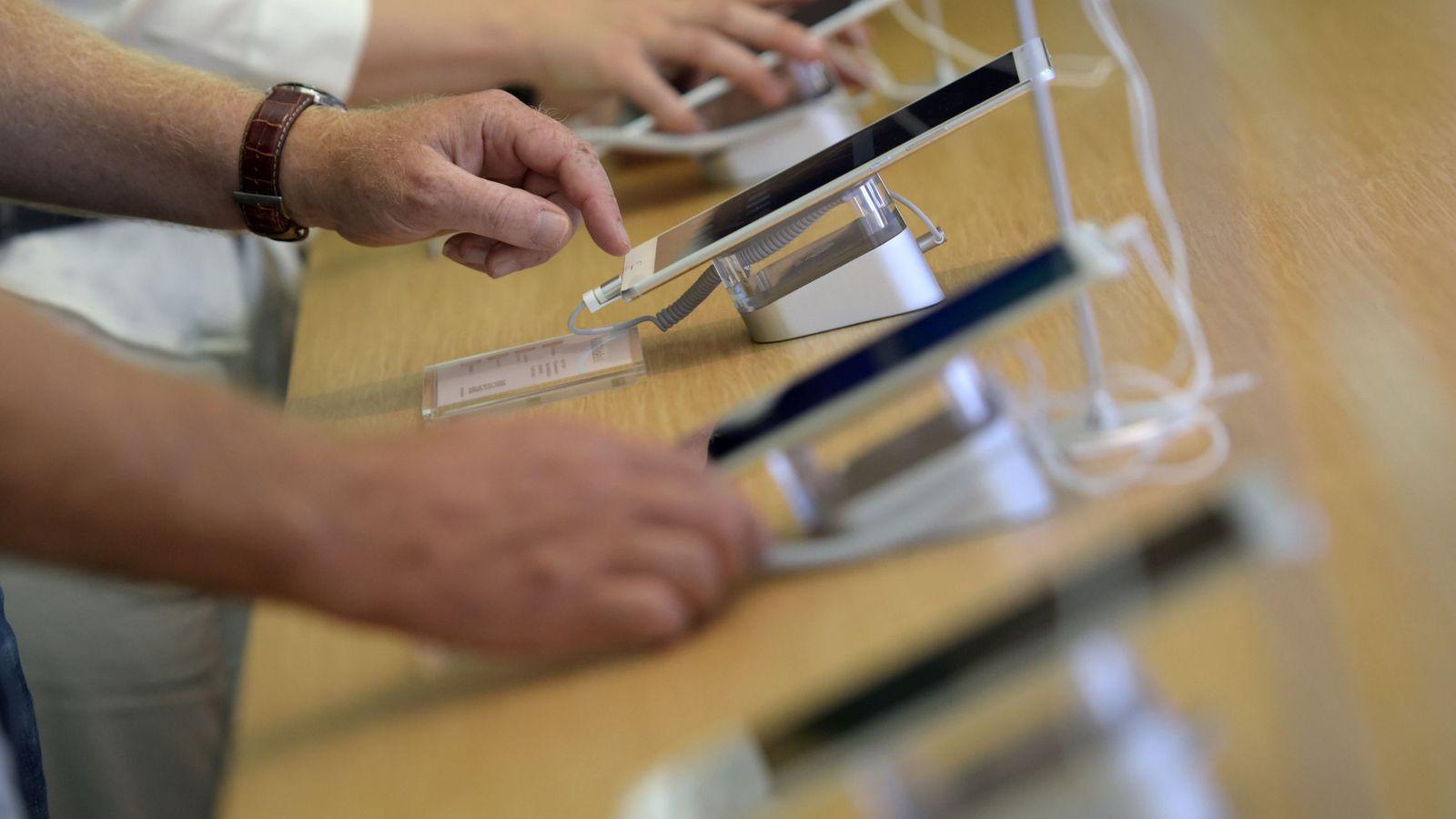 Foto: Visitantes de la feria IFA prueban un dispositivo. (Reuters)