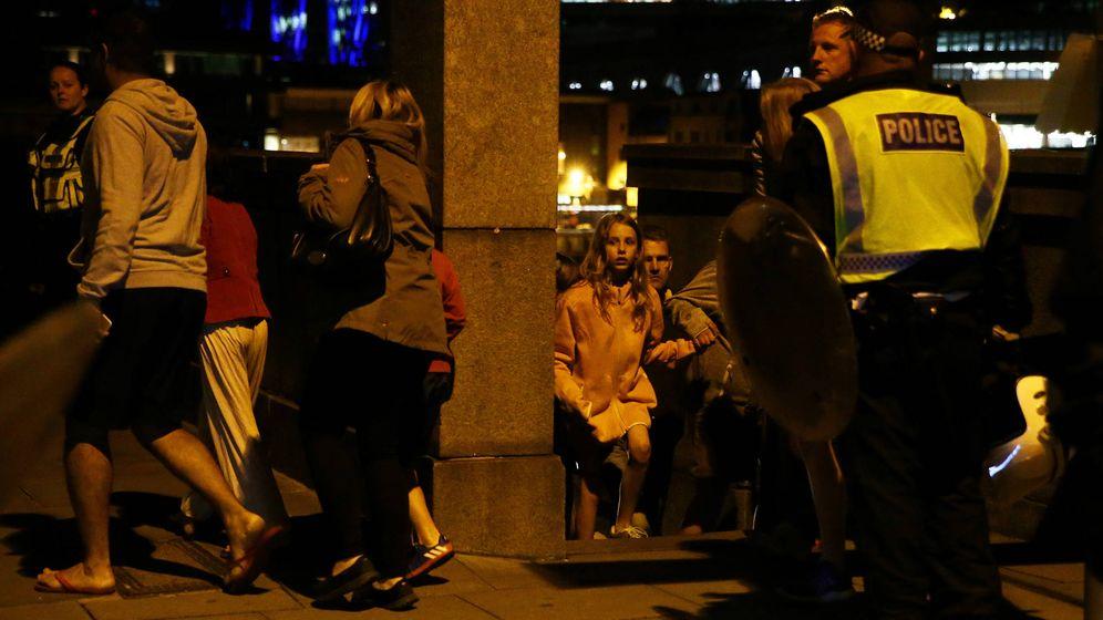 Foto: Londinenses huyen de la zona del ataque mientras la policía intenta controlar la situación. (Reuters)