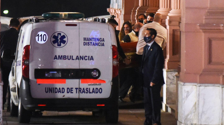 La ambulancia que llevó los restos mortales del argentino. (Reuters)