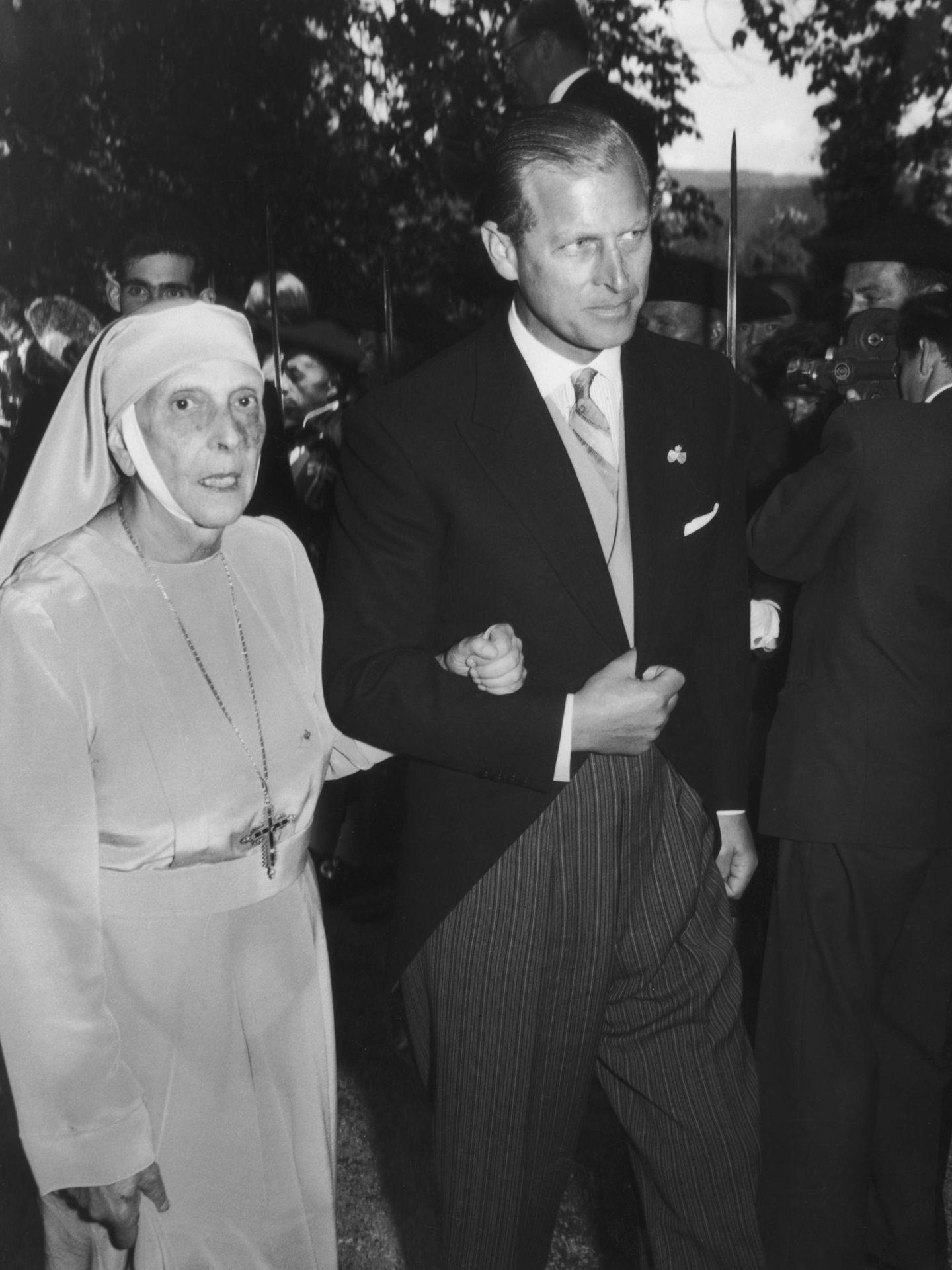 El duque de Edimburgo, con su madre en 1957. (Getty)