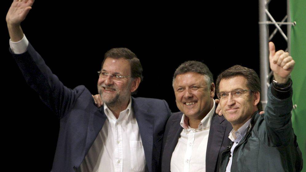 Foto: El presidente del Gobierno, Mariano Rajoy, junto a Telmo Martín y el presidente de Galicia, Núñez Feijóo. (EFE)