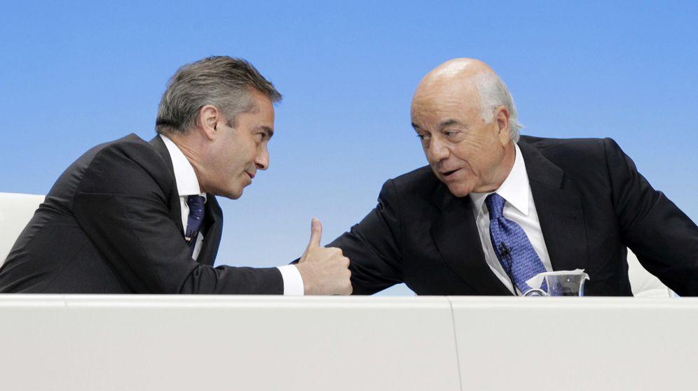 Foto: El expresidente de BBVA, Francisco González, conversa con el entonces consejero delegado Ángel Cano. (EFE)