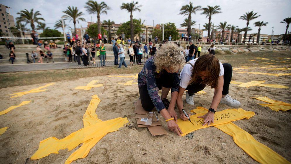 Foto: Convocatoria de plantada de cruces amarillas en la playa de Mataró, en Barcelona. (EFE)