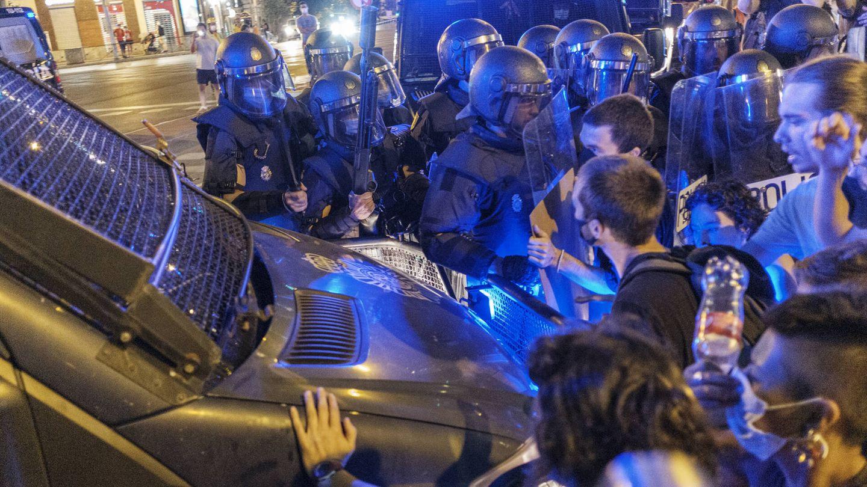 Una furgoneta de policía se abre hueco entre los manifestantes. (Sergio Beleña)