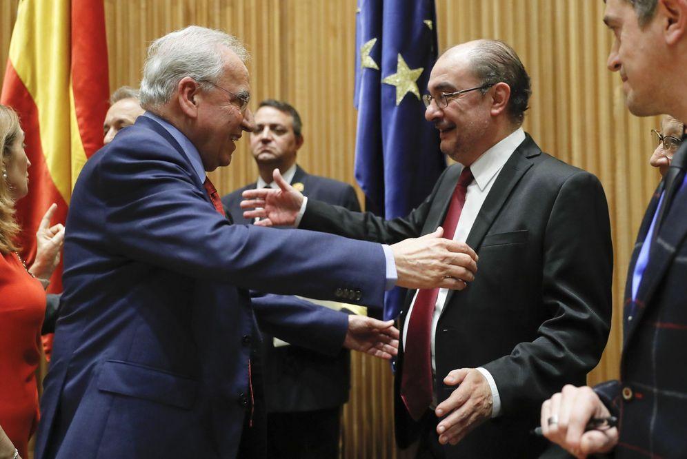 Foto: Alfonso Guerra saluda al presidente de Aragón, el socialista Javier Lambán, en la presentación de su libro, este 6 de febrero en el Congreso. (EFE)
