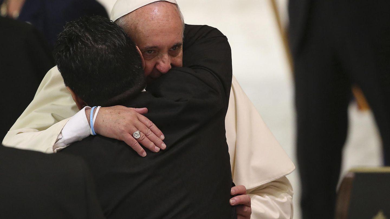 Maradona se abraza al papa Francisco en el Vaticano. (Reuters)