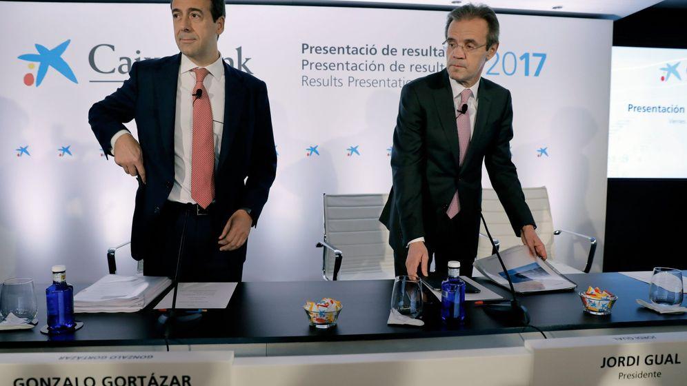 Foto: Gonzalo Gortázar y Jordi Gual, CEO y presidente de CaixaBank, en la presentación de resultados en Valencia. (EFE)