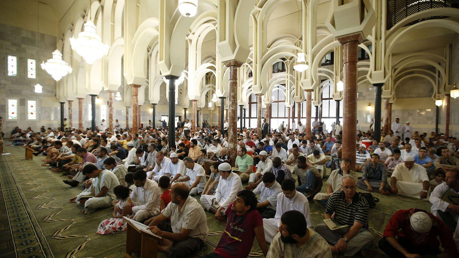 Foto: Un grupo de musulmanes reza en la Mezquita de la M-30 de Madrid. (EFE)