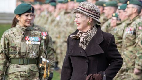 Mary de Dinamarca, elegante hasta vestida de militar: sus fotos más sorprendentes