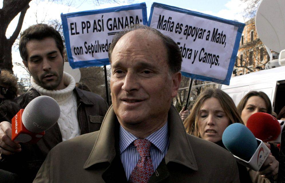Foto: El exalcalde de Pozuelo de Alarcón (Madrid) y exmarido de la exministra Ana Mato, Jesús Sepúlveda, a su salida de la Audiencia (EFE)