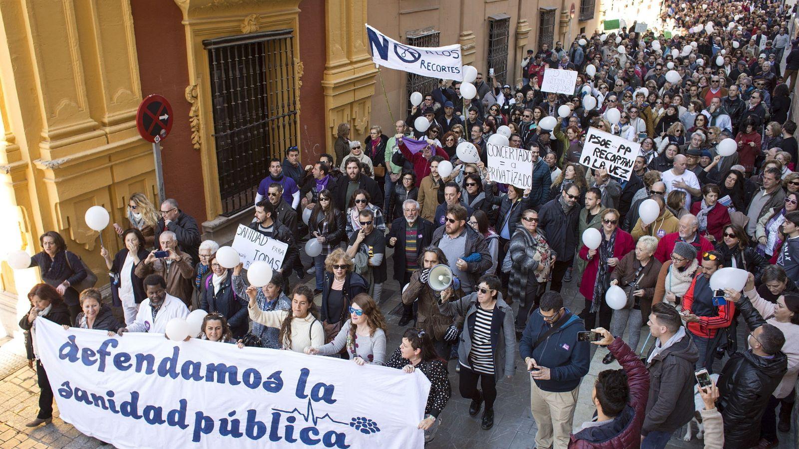 Foto: Protesta contra los recortes en la Sanidad Pública, en Málaga. (EFE)